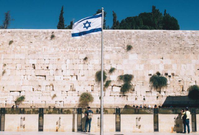 통곡의 벽 앞의 이스라엘 국기.