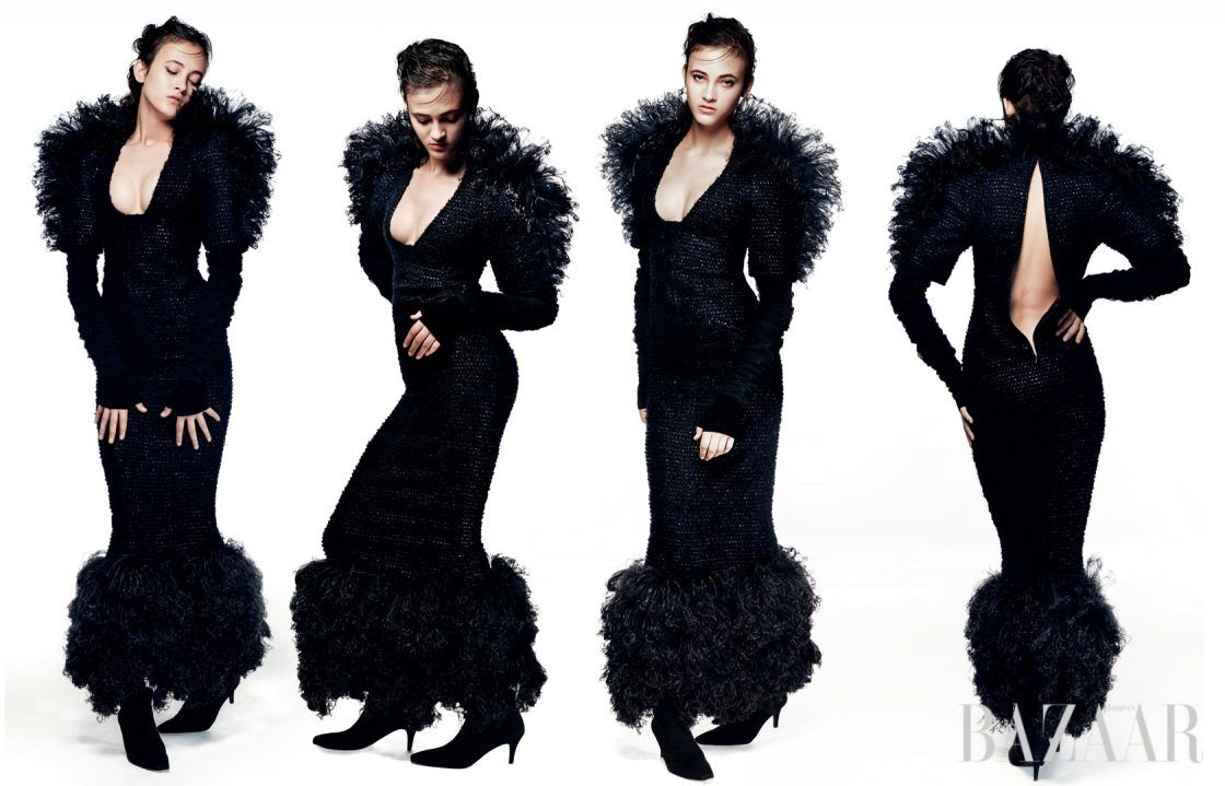 과감한 커팅과 풍성한 깃털 장식의 드라마틱한 만남. 롱 드레스, 핑거리스 롱 장갑, 스웨이드 부츠는 모두 Chanel Haute Couture 제품.