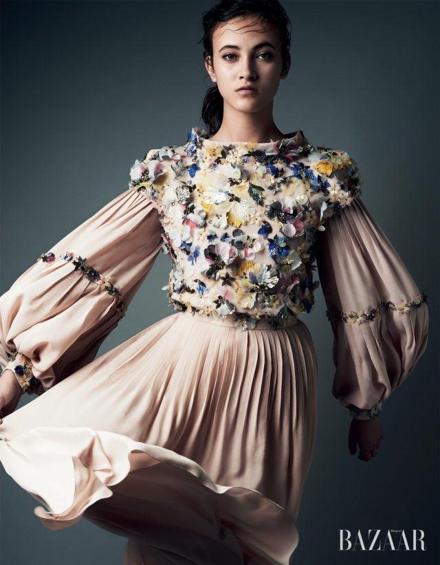 섬세하고 입체적인 장식은 장인정신의 정점을 담아낸다. 고전적인실루엣에 플라워 장식을 더한 드레스는 Chanel Haute Couture 제품.