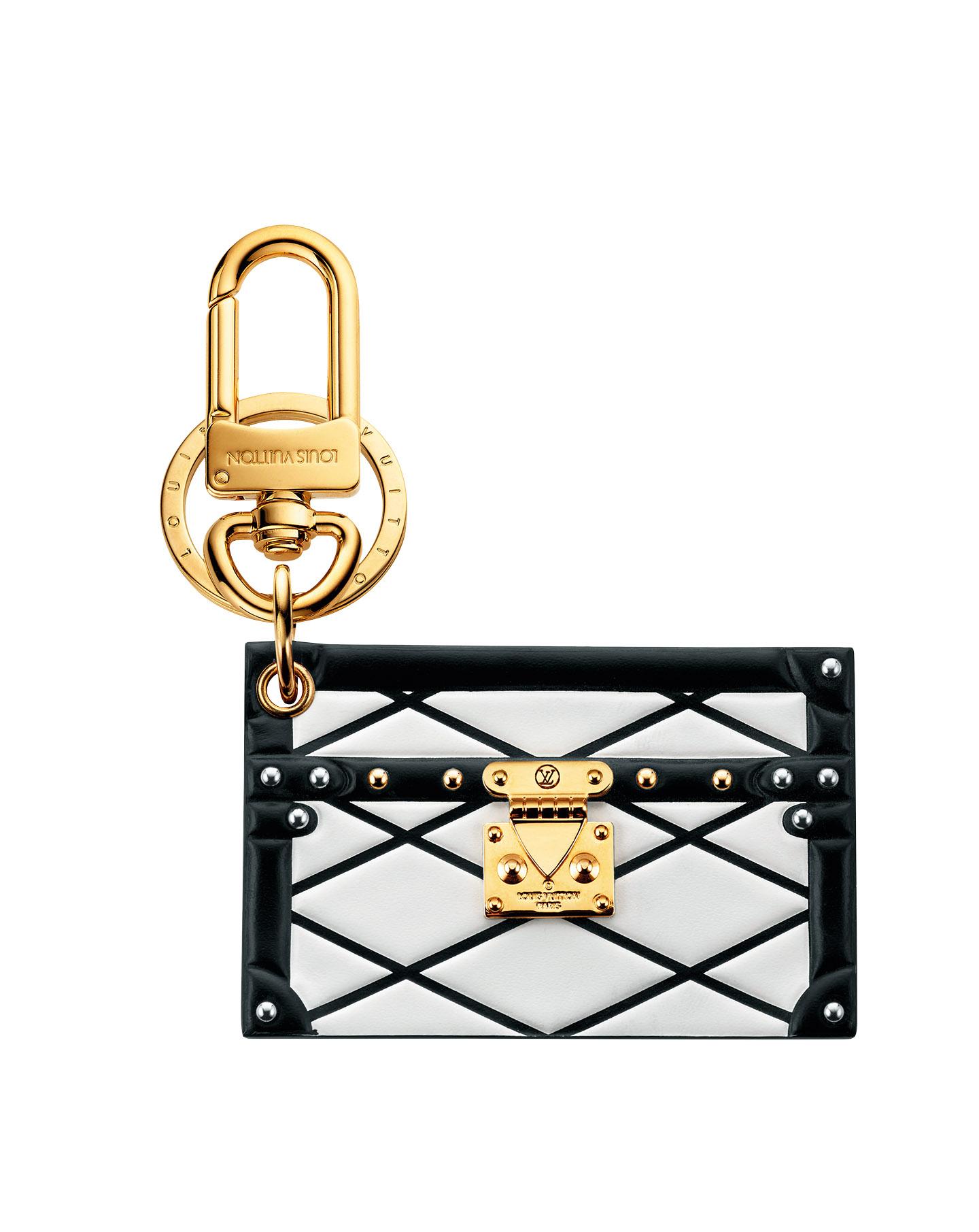 스터드 디테일의 스퀘어 백 키링은 50만원대로 <strong>Louis Vuitton</strong>