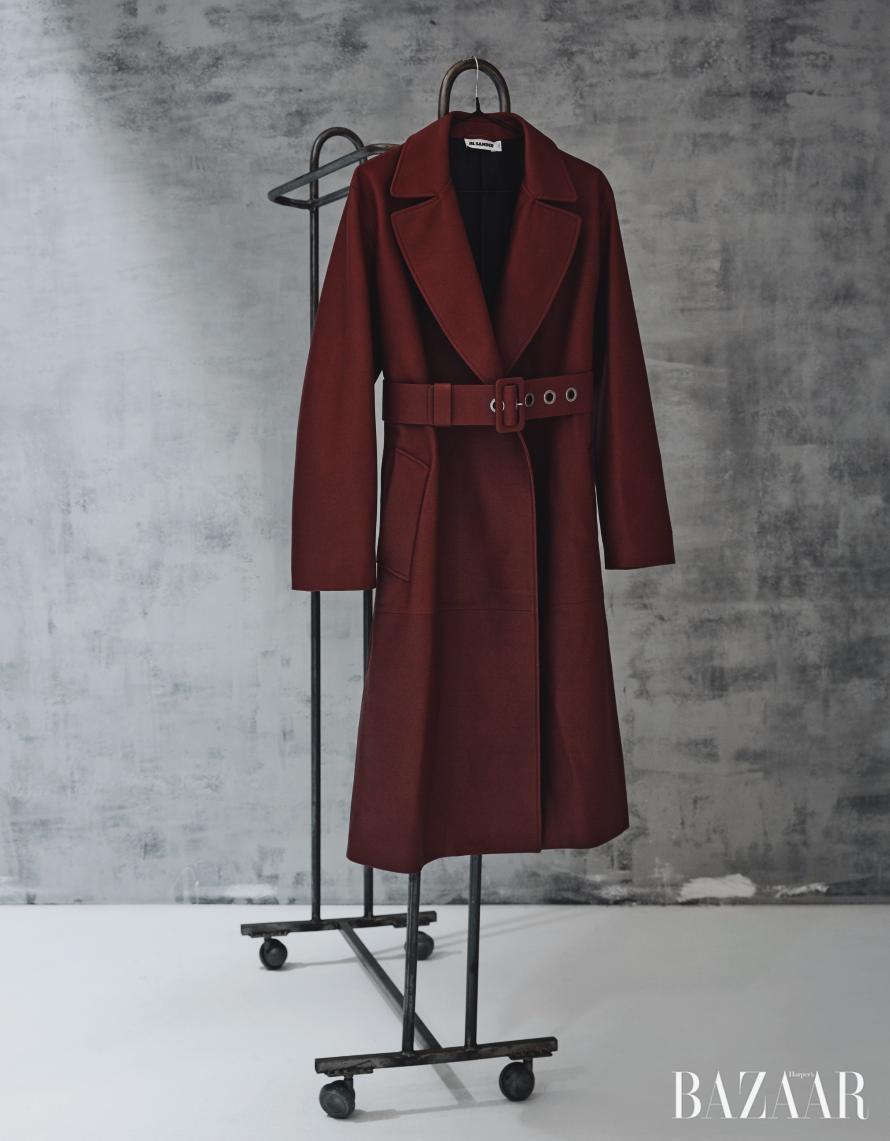 이번 시즌 가죽 재킷을 즐기는 방법? 매트하지만 부드러운 질감, 군더더기 없는 간결한 실루엣이 조화를 이룬 우아하고 모던한 아이템을 선택할 것.