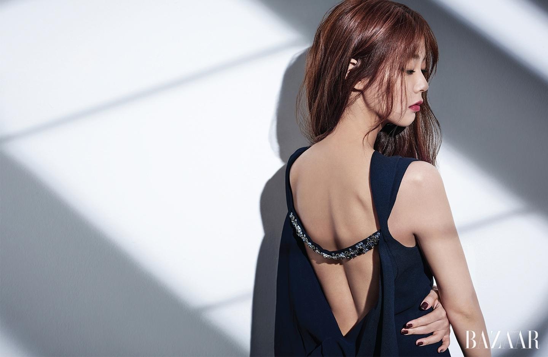 플라워 모티프 주얼 장식을 더한 드레스는 Dior 제품.