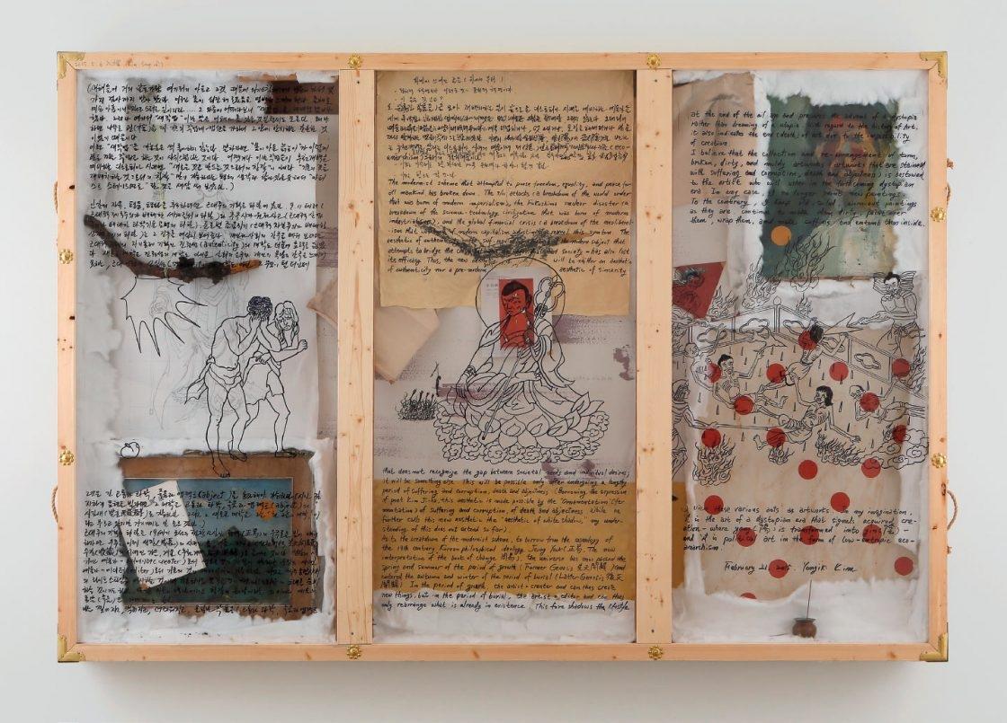 '삼면화', 캔버스에 아크릴, 캔버스에 유채, 천, 솜, 나무, 종이에 잉크드로잉, 동전, 향, 향로, 아스테이지 위에 유성잉크, 157×226×16cm, 2015