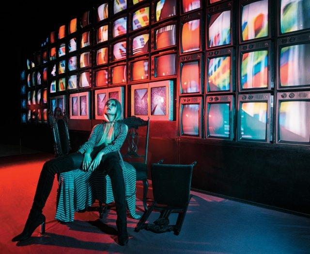 모차르트 서거 2백 주년을 기념하여 제작한 작품. 86개의 TV 모니터 영상들이 거대한 디지털 회화처럼 움직이며 백남준이 직접 편곡한 사운드가 끊임없이 재생되는 'M200', 1991. 가운처럼 연출한 실크 드레스는 4백86만원으로 Fendi, 가죽 팬츠는 3백만원대, 오른손 검지에 착용한 모노그램 반지는 37만원으로 모두 Saint Laurent, 체인 모티프 초커는 1백40만5천원으로 Louis Vuitton, 오른손 약지에 착용한 반지는 9만원으로 Calvin Klein Jewelry, 스웨이드 사이하이 부츠는 Dior 제품.