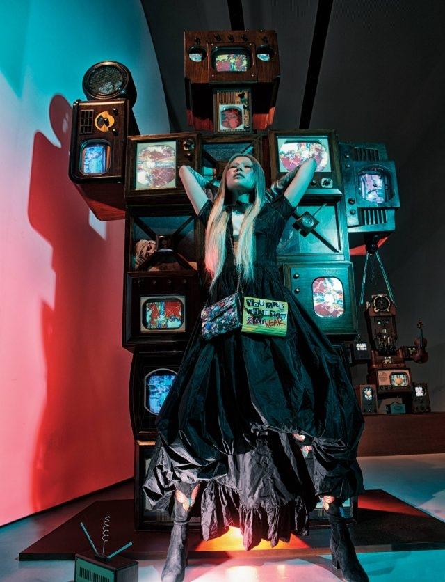 프랑스 정부가 혁명 2백 주년을 맞아 의뢰했던 TV조각 시리즈 중 하나로 프랑스 화가 자크 루이 다비드의 걸작 '마라의 죽음'이 콜라주되어 있는 'David', 1989. 풍성한 볼륨이 인상적인 드레스는 가격 미정, 골드 초커는 1백22만5천원으로 모두 Louis Vuitton, 가죽 장갑은 Chanel, 주얼 프린트와 레터링 콜라주 프린트의 미니 백은 모두 Jimmy Choo, 컬러풀한 나비 패턴의 사이하이 부츠는 Valentino Garavani 제품.