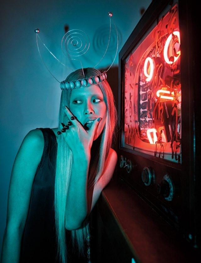 겉면에 백남준이 직접 칠한 페인팅과 글씨가 적혀 있어 텔레비전 전원이 꺼져 있을 때는 하나의 회화 작품으로, 스위치가 켜지면 내부가 붉은 네온으로 변신하는 'Neon TV', 1990.실크 드레스는 Ports 1961, 볼드한 너클 반지는 74만5천원으로 Gucci 제품.