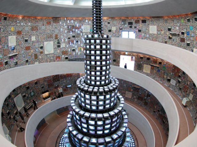 '백남준과 멀티플/다이얼로그' 전에서 강익중은 6만2천 개의 크고 작은 작품들을 전시했다. 국립현대미술관. 2009~2010, Courtesy of the Artist, (Photo: In Sub Shin)
