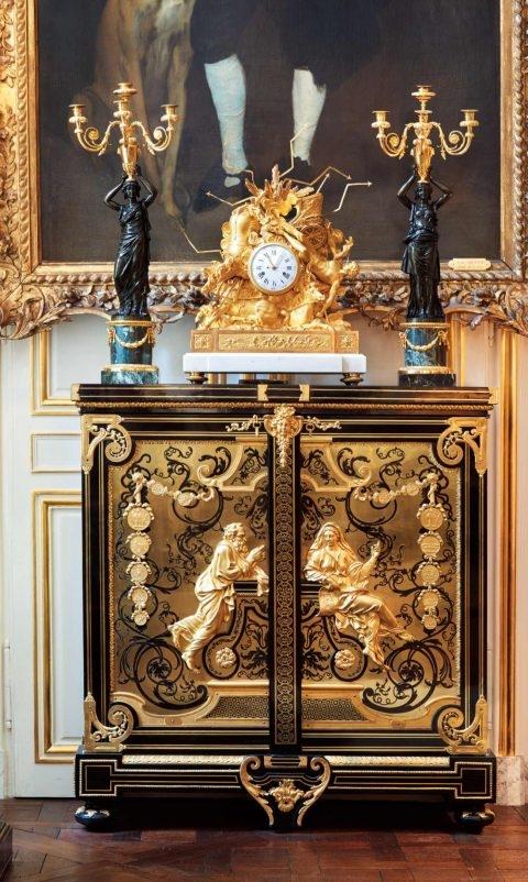 루이 14세 시대 왕가의 장인이었던 불의 캐비닛이 놓여 있는 발카니의 거실. 불의 캐비닛은 루브르와 베르사유 궁에 소장되어 있는 보기 드문 작품이다.