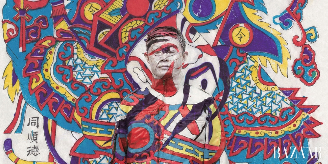 존재감을 숨겨라. 완벽히 숨지 않으면 위험해질 것이다. 배경 안에 완벽히 녹아드는 것으로 투명인간이 된 남자,리우 볼린(Liu Bolin)은 예술을 저항으로 승화시키고 있다.