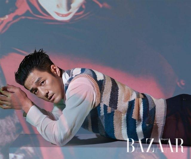 실크 셔츠는 Jaybaek Couture,컬러 블록 니트 베스트와 팬츠는 모두 Salvatore Ferragamo 제품.