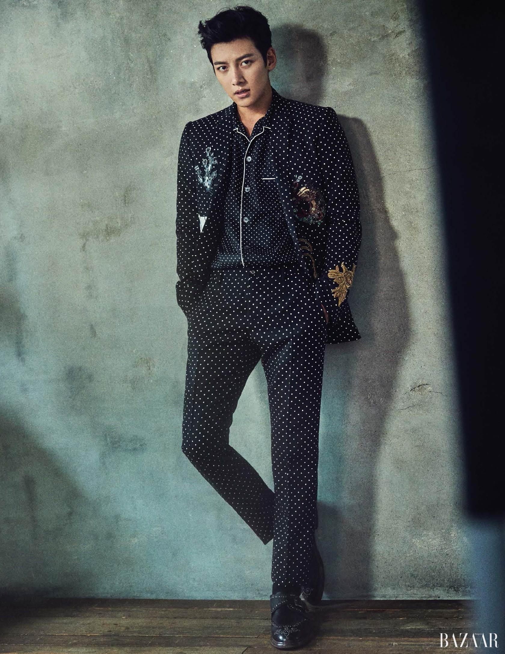 재킷, 셔츠, 팬츠, 슈즈는 모두 <strong>Dolce & Gabbana</strong> 제품.
