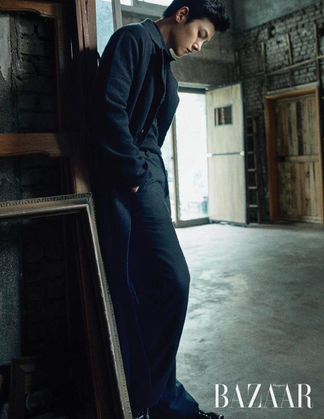 셔츠, 코트, 팬츠는 모두 Bottega Veneta, 슈즈는 Repetto 제품. 오른쪽 페이지: 터틀넥 니트 톱은 Loewe by Mue, 팬츠는 스타일리스트 소장품.