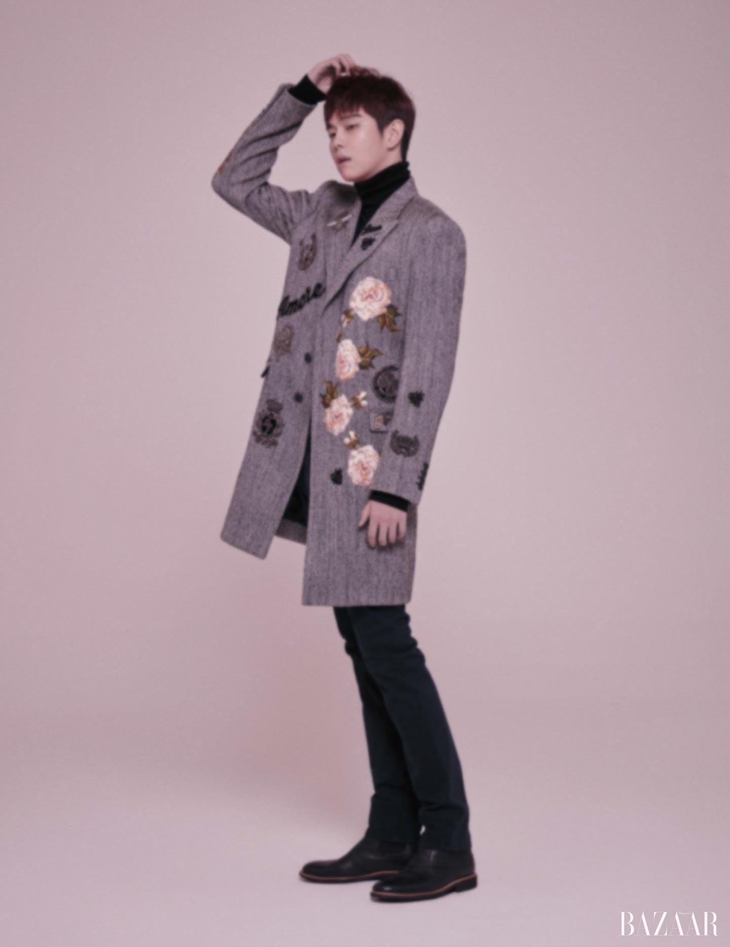 플라워 모티프가 패치워크된 헤링본 코트와 팬츠는 모두 Dolce & Gabbana, 터틀넥은 A.AV, 앵클부츠는 Saera Homme 제품.