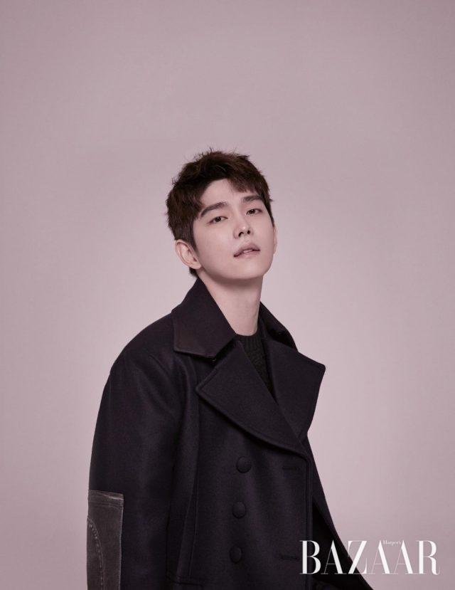 소매에 빈티지한 패치워크를 장식한 코트는 Prada 제품.