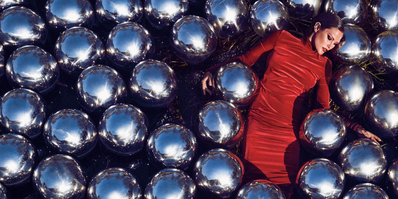 야요이 쿠사마는 50년 전 베니스 비엔날레에서 선보인 '수선화 정원'을 필립 존슨의 글라스 하우스에 재구성했다. 작은 호수에 1천3백 개의 반짝이는 은빛 구가 떠 있는 드라마틱한 뷰는 이번 시즌 패션을 위한 완벽한 무대가 된다.