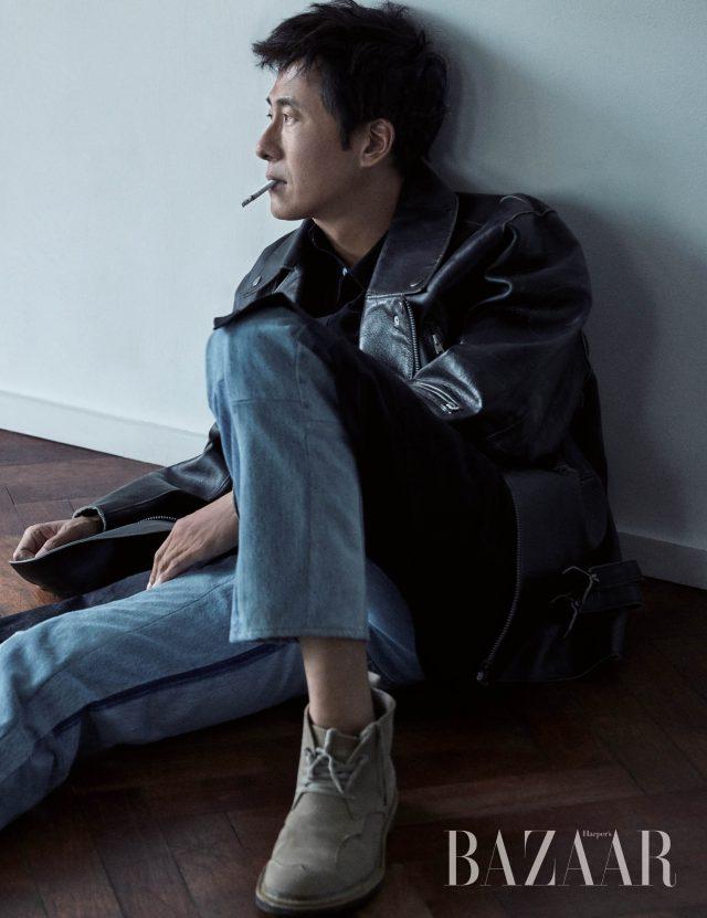 오버사이즈 레더 재킷은 개인 소장품으로 Number (N)ine, 롱 셔츠는 Comme Des Garcons, 빈티지 데님을 재조합한 데님 팬츠는 Unused by Ecru, 스웨이드 데저트 부츠는 개인 소장품으로 Takahiromiyashita the Soloist 제품.
