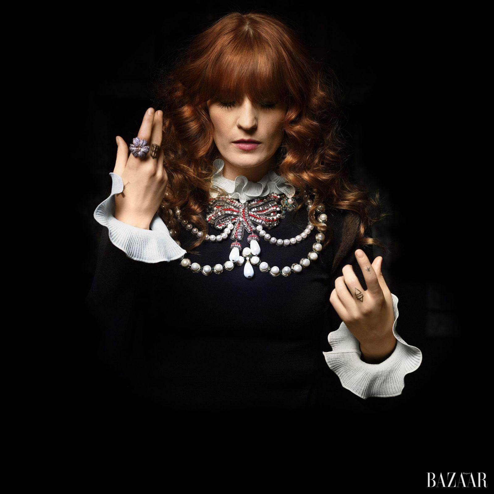 "<strong>Florence Welch </strong>미켈레와 오랜 우정을 이어가고 있는 뮤지션 플로렌스 웰치. 첫 만남부터 르네상스, 바로크에 대한 이야기를 논했을 정도로 취향이 잘 맞는다. 그의 표현을 빌리자면 플로렌스는 ""애인이 있는지 판단이 불가능한, 취향이 좋은 지성인. 즉 정신적으로 해방된 여자""라고."
