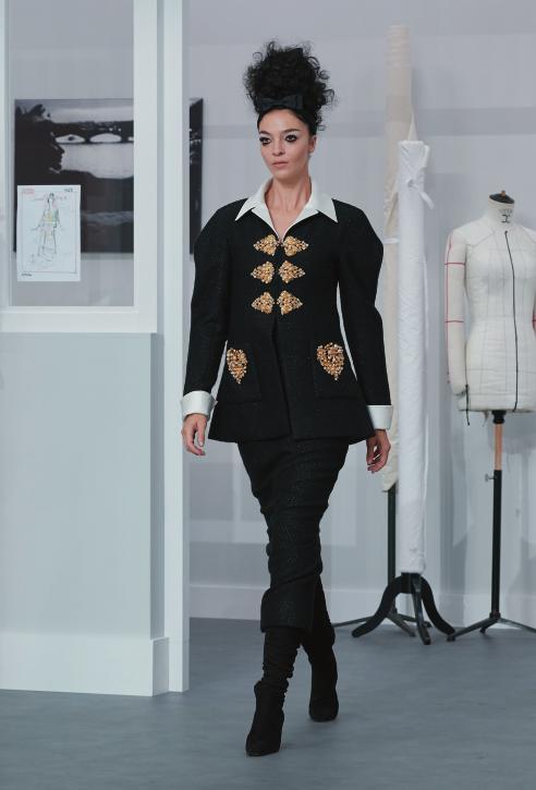 조형적인 실루엣의 스커트수트를 입은 마리아카를라 보스코노