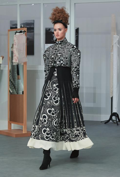 오브리 비어즐리의 작품 속 여인이 환생한 듯한 드레스 룩