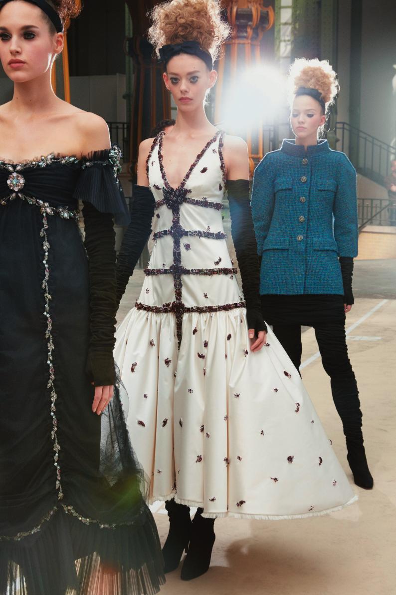 로맨틱한 드레스에 더해진 그래픽적인 라인