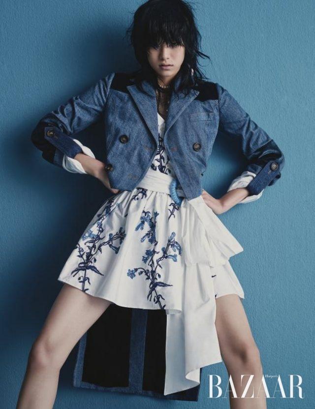 연미복을 연상시키는 디자인의 데님 재킷, 자수 장식의 원피스, 벨트, 진주 목걸이는 모두 Miu Miu 제품.