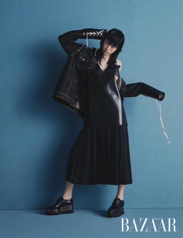 레이스업과 피어싱 디테일이 가미된 데님 재킷은 Kiok, 가죽 슬립 드레스는87만원으로 Toga by BOONTHESHOP, 플랫폼 슈즈는 1백만원대로 Stella McCartney 제품.