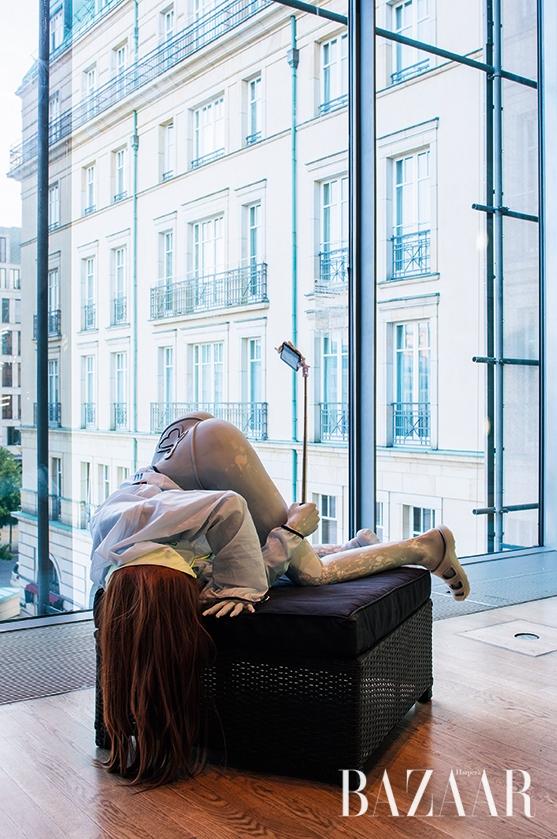 '셀카' 문화를 풍자한 스웨덴 작가 안나 우덴베르그의 작품 'Journey of Self Discovery', 2016