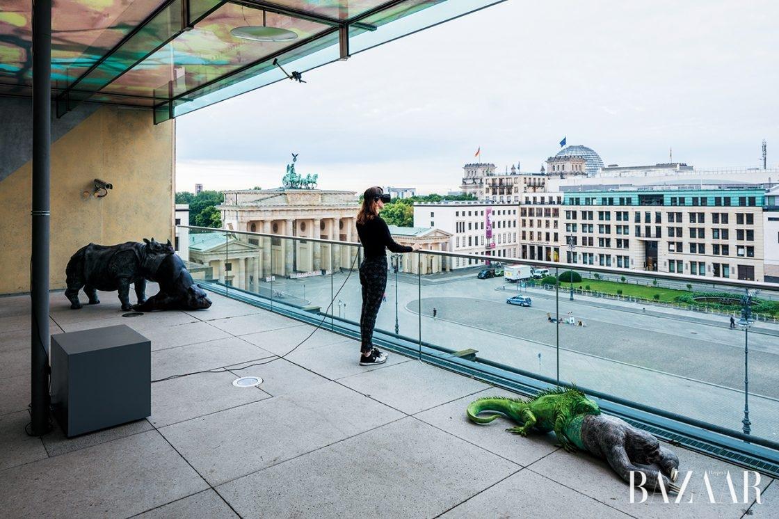 구글어스를 이용한 작품으로 유명한 캐나다의 디지털 아티스트 존 래프만(Jon Rafman)의 작품. 'View of Pariser Platz', 2016