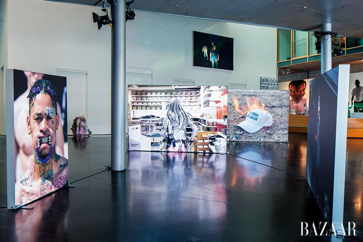 전시 <LIT>는 미술작가나 패션 브랜드가 생산한 이미지들을 펼쳐 놓았다