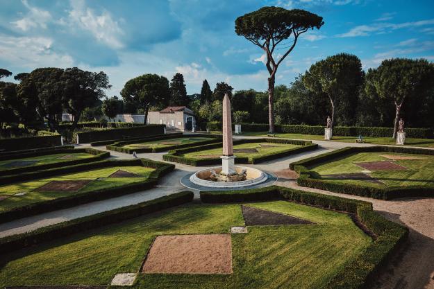 기하학적인 아름다움이 빛을 발하는 빌라의 정원