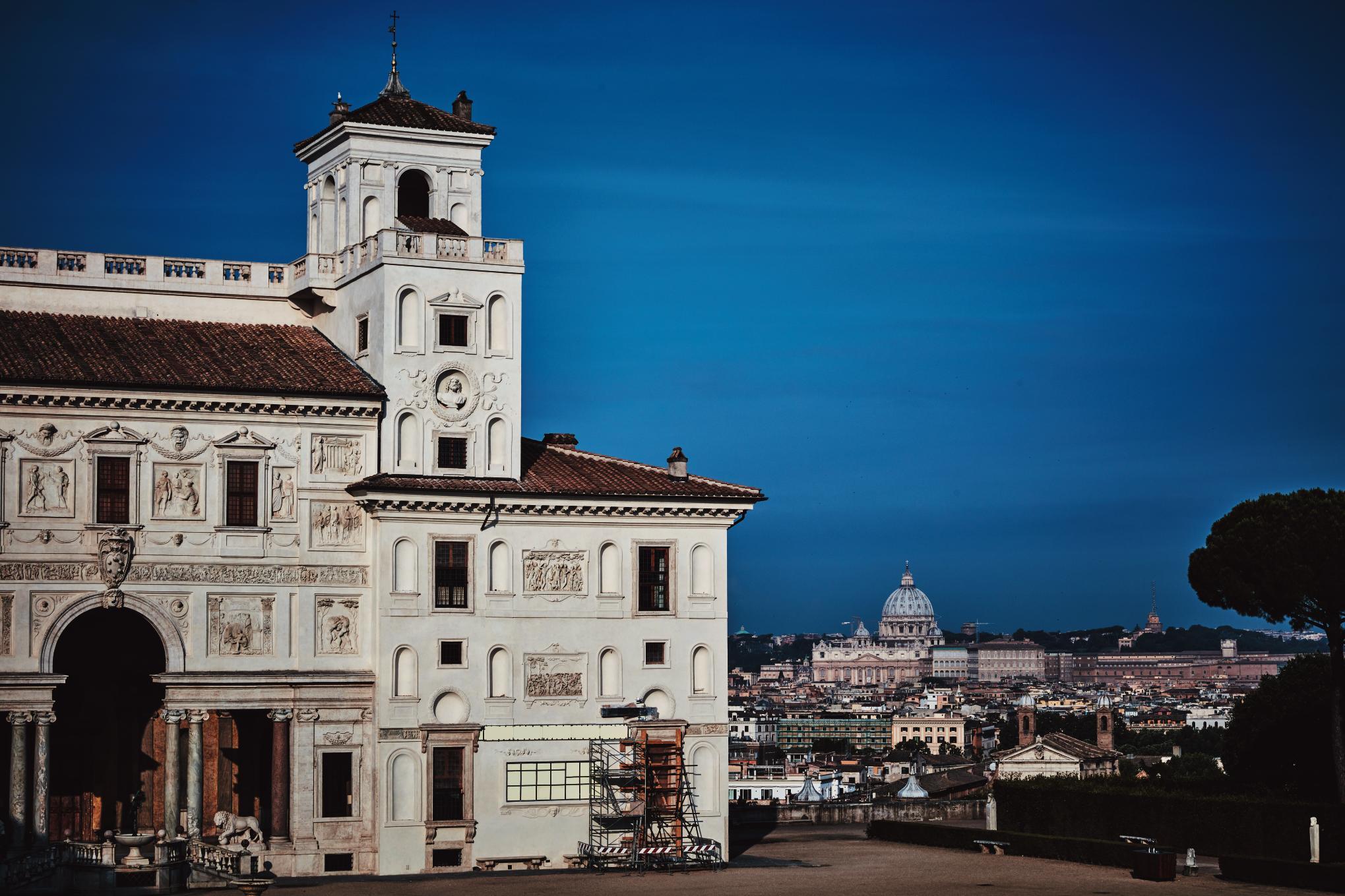 빌라의 정면 뒤로 보이는 로마의 전경과 성 베드로 성당의 돔