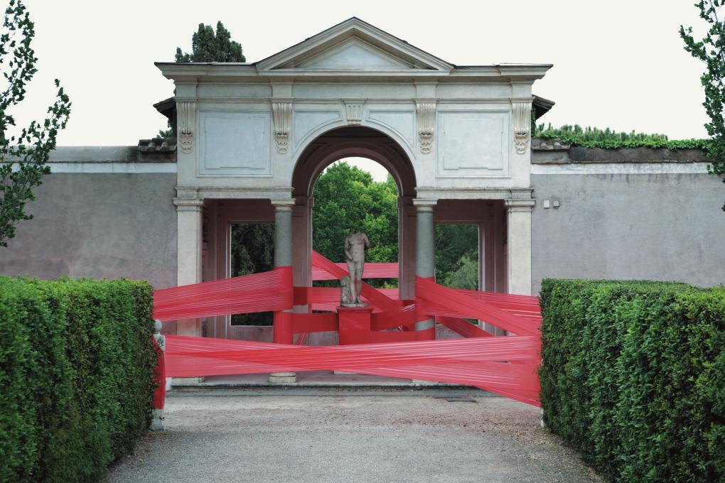 렉 앤 소왓이 붉은 비닐을 이용해 빌라의 건물에 설치한 그래픽적인 작업