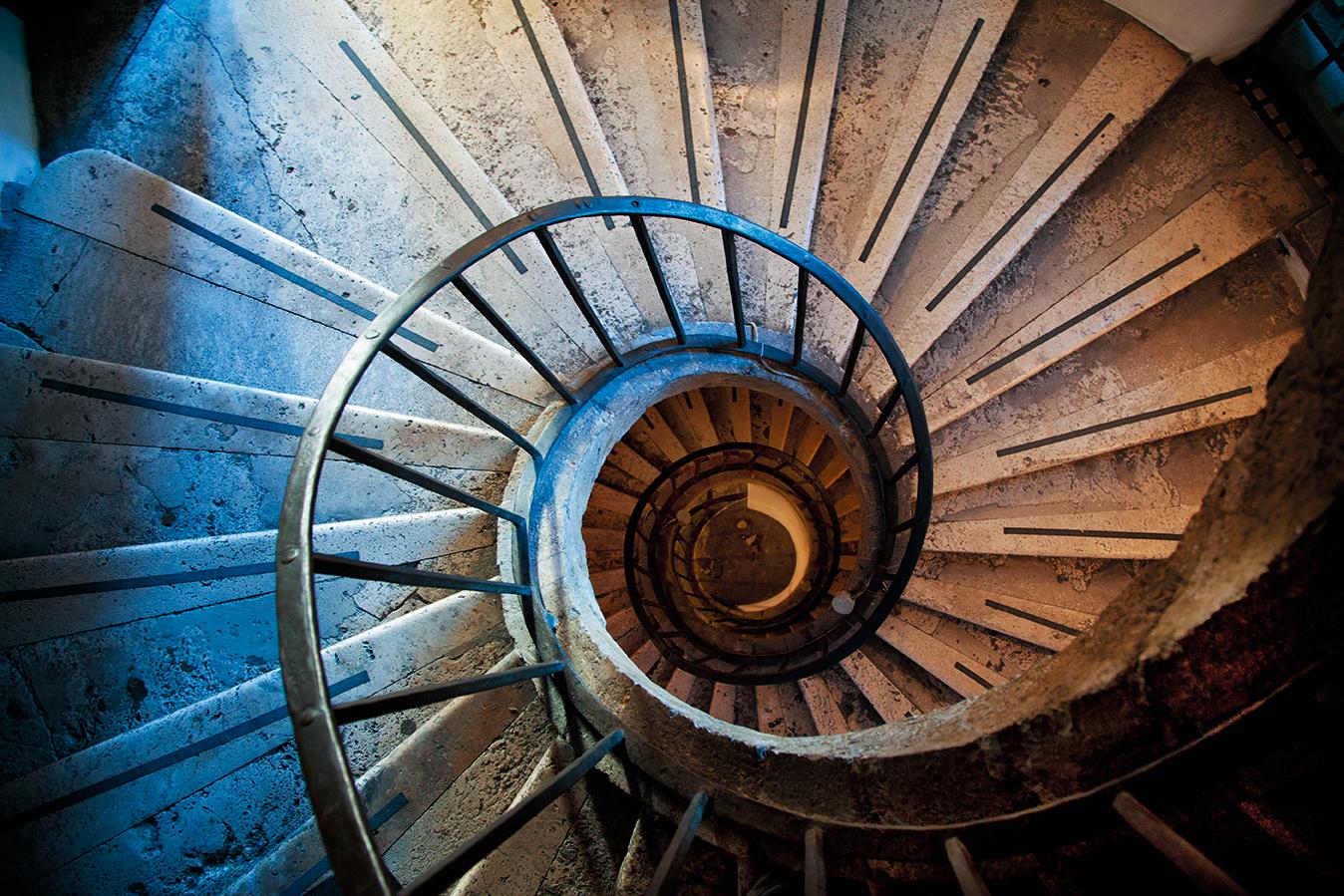 빌라를 오르고 내릴 때 지나치는 나선형의 아름다운 계단