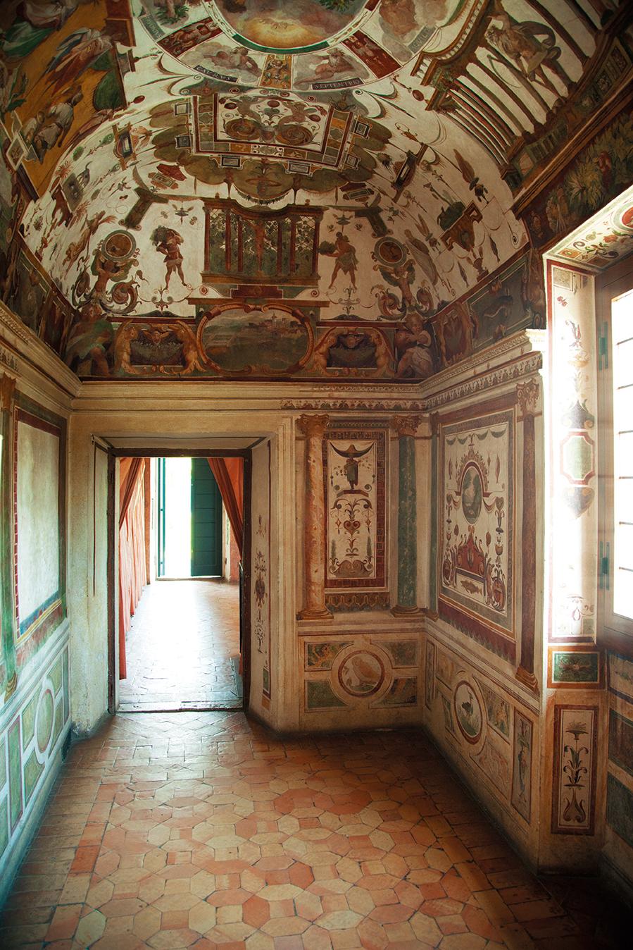 메디치 추기경이 비밀리에 첩들을 만나던 방. 저 멀리 당시 로마 외곽으로 빠져나갈 수 있게 만든 비밀 계단이 보인다
