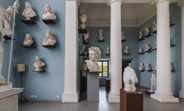 빌라의 조각상 컬렉션을 전시해 놓은 방