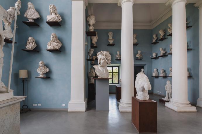 3백여 년 전부터 아티스트 레지던시로 이용된 로마의 빌라 메디치. 오늘날에도 여전히 이곳에서는 16명의 아티스트가 일 년 동안 머물며 세상에서 가장 아름다운 작업실을 제공 받는다. 메디치 가문의 두 번째 거주지였던 이 빌라는 어떻게 아티스트들의 보금자리가 되었나? 그 유구한 역사와 함께 현재 거주하고 있는 행운의 작가들을 만나보자.