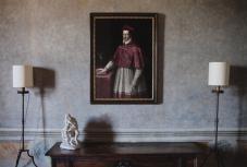 페르디난도 추기경이 머물렀던 방에 걸려 있는 그의 초상화. 벽과 가구는 발튀스의 작품으로 그는 디렉터 시절에 이 방에 머물렀다