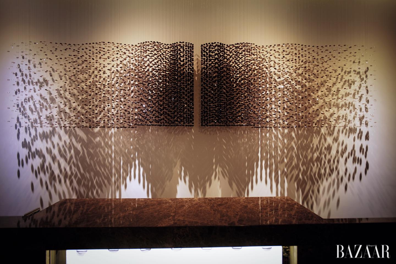 레스토랑 코로비아에 설치된 박선기 작가의 작품. 캐비아를 형상화했다.