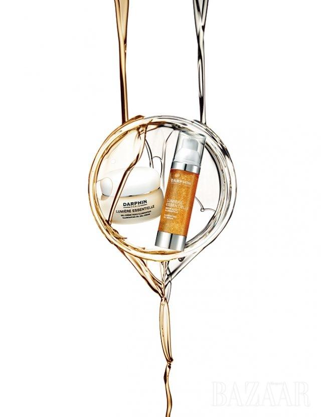 (왼쪽) DARPHIN 뤼미에르 에센셜 일루미네이팅 오일 젤 크림 피부의 수분 보유력을 높여주고 피부 장벽을 강화시켜 건강하고 빛나는 피부로 가꿔준다. 50ml, 8만5천원 (오른쪽) DARPHIN 뤼미에르 에센셜 일루미네팅 오일 세럼 마이크로 캡슐 버블에 녹아있는 7가지 에센셜 오일이 피부에 수분과 광채를 전달한다. 30ml, 10만원