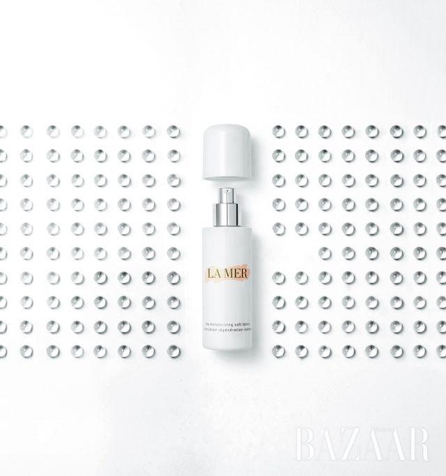 LA MER 크렘 드 라메르 모이스처라이징 소프트 로션 미라클 브로스를 담은 수분 캡슐이 피부 속 깊이 풍부한 영양감을 전달한다. 50ml, 32만원대