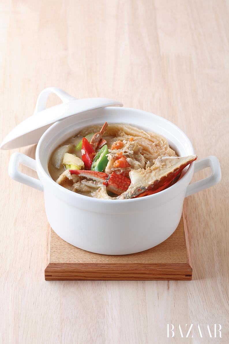 산 놈을 끓는 물이나 뜨거운 김 오르는 찜통에 넣어 쪄서 먹거나 고추장물 속에 담가 탕으로 먹거나 간장 양념에 푹 절여 먹거나. 참 단순한 요리법으로도 이토록 맛있는 꽃게.