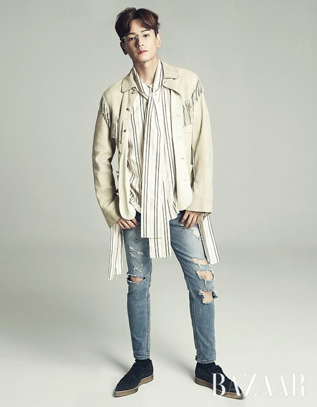 재킷은 Ralph Lauren, 스트라이프 셔츠는 Push Button, 안경은 Trity, 슈즈는 Vivienne Westwood, 팬츠는 스타일리스트 소장품.