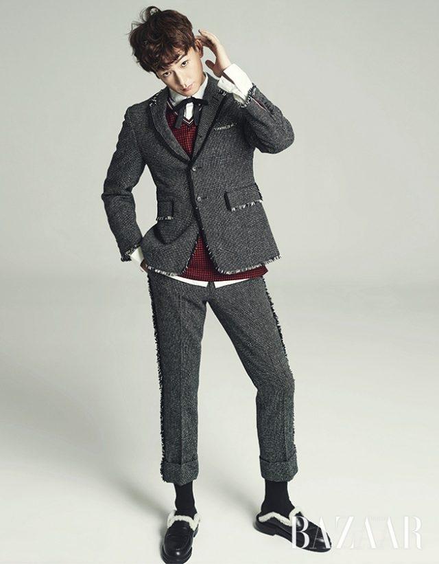 트위드 재킷과 팬츠는 모두 Thom Browne, 셔츠와 톱, 보타이는 모두 Dior, 로퍼는 Fendi 제품.