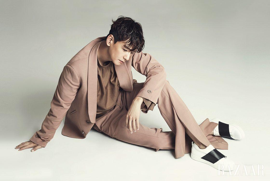 수트와 셔츠는 모두 Wooyoungmi, 스니커즈는 Rekken 제품.