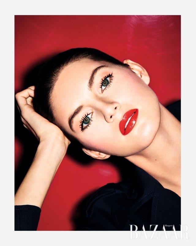 매끈한 광택이 돋보이는 레드 립스틱은 Dior '루즈 디올' 756 파나쉬 컬러.