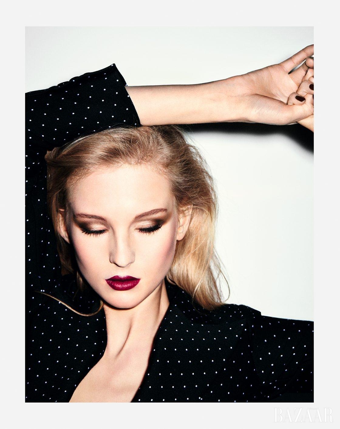 매트한 질감과 달리 입술에 부드럽게 펴 발리는 버건디 컬러 립은 Dior '루즈 디올' 964 앰비셔스 매트 컬러.