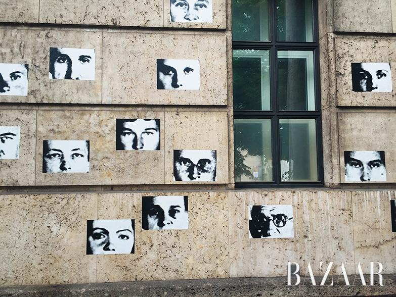 하우스데어쿤스트 외벽을 장식한 크리스티앙 볼탕스키의 작업