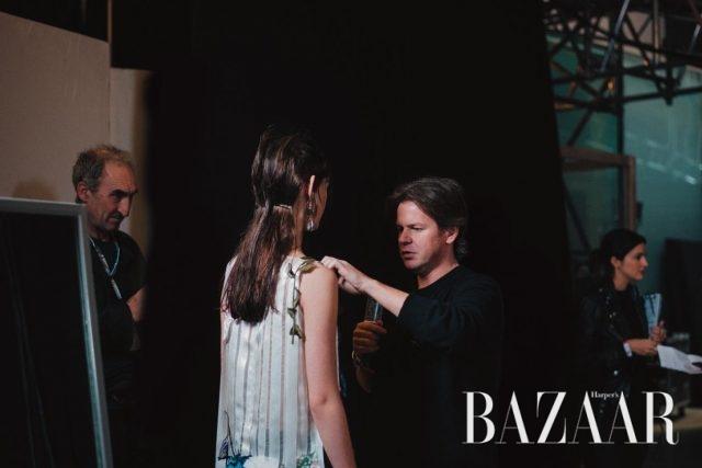 백스테이지에서 모델의 의상을 체크하고 있는 크리스토퍼 케인.