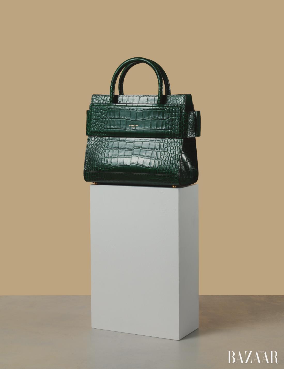 패널을 덧댄 스퀘어 백은 3천만원대로 <strong>Givenchy by Riccardo Tisci