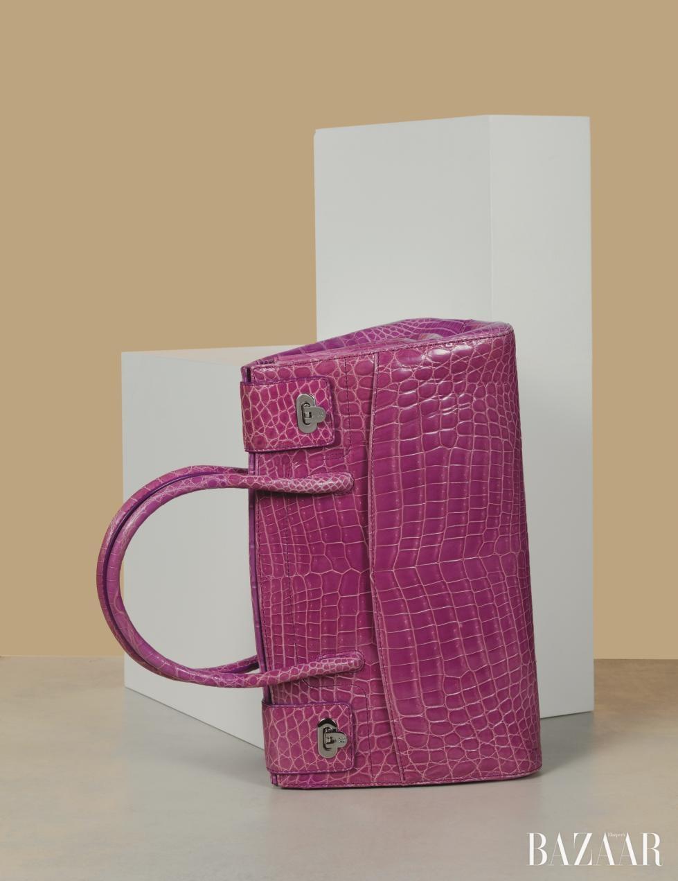 핑크 컬러로 페미닌함을 강조한 백은 6백만원대로 <strong>Kwanpen